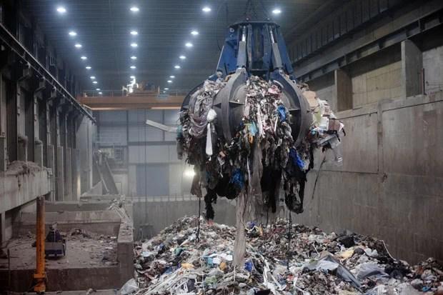 Lixo é removido em usina de Oslo e encaminhado para incineração (Foto: Brian Cliff Olguin/The New York Times)