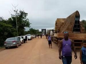 Carretas batem de frente em ponte e bloqueiam tráfego em estrada de RO (Foto: Dayanne Saldanha/G1)