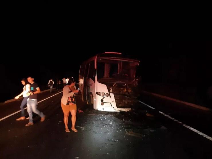 Pai, mãe e filho morreram após carro bater de frente micro-ônibus e um carro — Foto: Divulgação/PRF