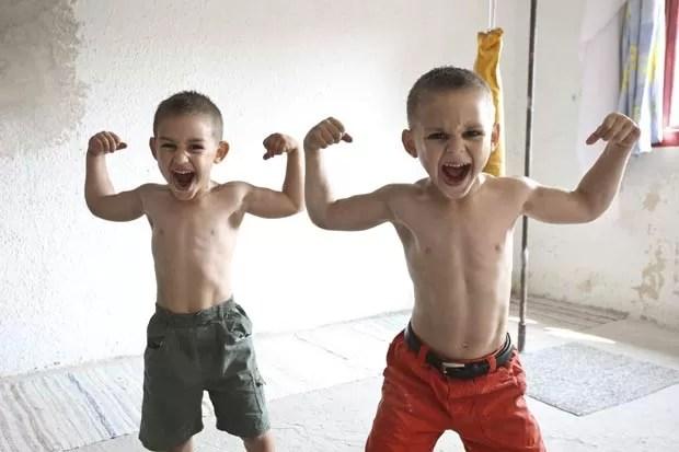 Claudiu (esquerda) e Giuliano exibem seus músculos. (Foto: Barcroft Media/Getty Images)