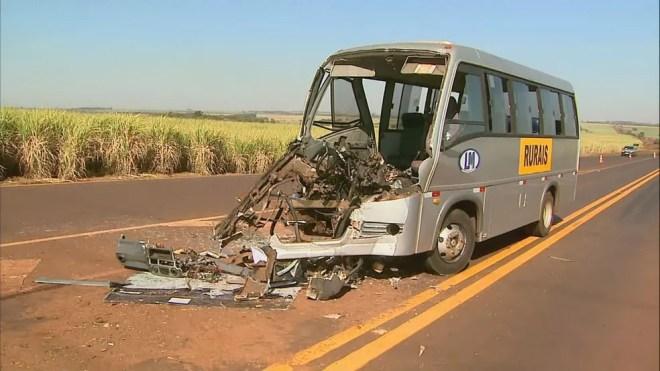 Micro-ônibus ficou destruído após colisão com caminhão em Guaíra, SP — Foto: Paulo Souza/EPTV