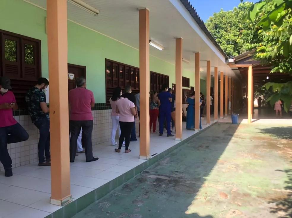 Vacinação do grupo ocorre nesta quarta-feira (7) na Escola Marechal Humberto Castelo Branco — Foto: Ana Paula Xavier/Rede Amazônica