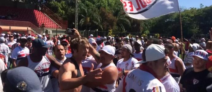 Lugano tenta dialogar com membros de organizada em protesto no CT (Foto: Marcelo Hazan)