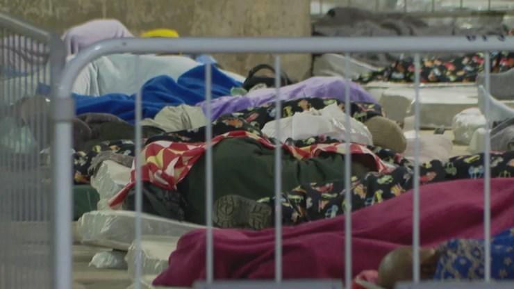 Moradores em situação de rua em abrigo provisório contra o frio em estação de Metrô de SP — Foto: Reprodução TV Globo