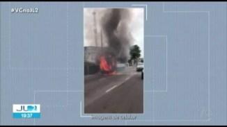 Ônibus é destruído pelo fogo e trânsito fica interditado na avenida Pedro Álvares Cabral
