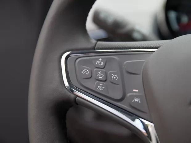 Tecla no volante aciona o alerta de mudança de faixa no Cruze (Foto: Peter Fussy / G1)