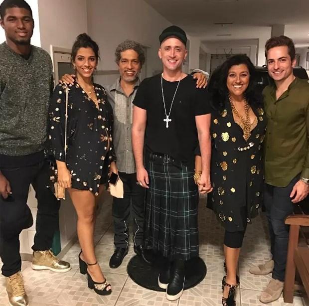 O casal João Pedro e Benedita Casé Zerbini, Estêvão Ciavatta, Paulo Gustavo, Regina Casé e Thales Bretas (Foto: Reprodução/Instagram)