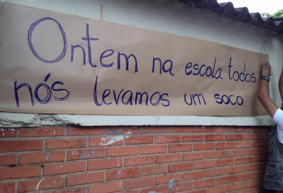 Cartazes feitos pelos alunos na escola do bairro Rubem Berta — Foto: Josmar Leite/RBS TV