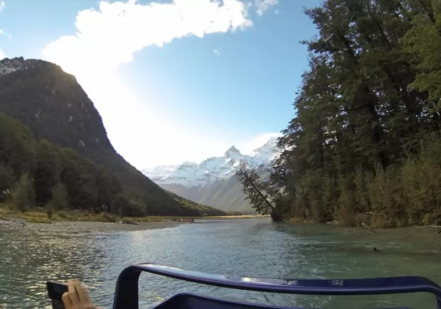 Durante passeio de barco é possível ver mais paisagens que apareceram em 'O Senhor dos Anéis', como a montanha mais pontuda ao fundo (Foto: Juliana Cardilli/G1)
