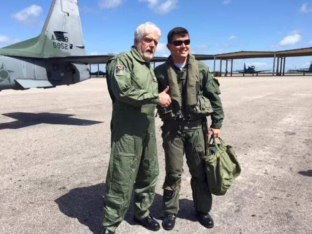 O ministro da Defesa, Jaques Wagner, após voar no caça A-29 (Foto: Ministério da Defesa/Divulgação)