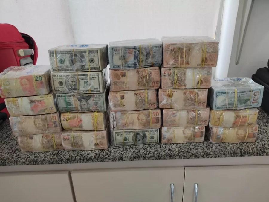 Pedreiro é preso com malas cheias de dólares e real, em Campo Grande (MS). — Foto: PRF/Divulgação