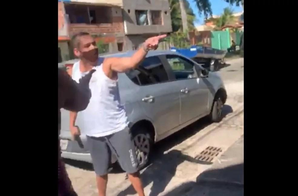Imagens mostram PM ameaçando morador em Canaveiras, na Bahia — Foto: Reprodução/Redes sociais