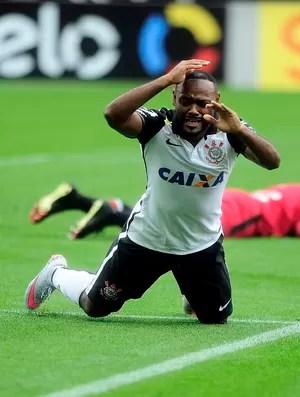 Vagner Love lamenta gol perdido em jogo contra o Joinville (Foto: Marcos Ribolli)