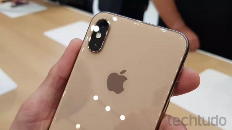 Detalhe da câmera dupla no iPhone XS dourado — Foto: Thássius Veloso/TechTudo