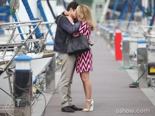 Clima romântico! Jonas e Pamela fazem as pazes e se beijam (Foto: Pedro Curi/TV Globo)