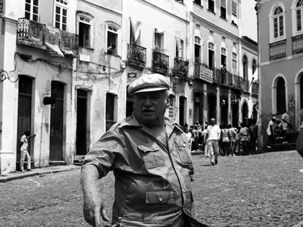Jorge Amado no Pelourinho, Centro Histórico de Salvador (Foto: Zélia Gattai/Acervo Fotográfico Zéllia Gattai)