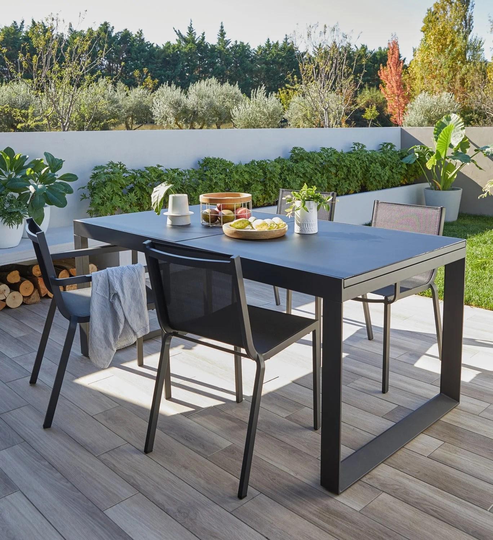 une table de jardin avec rallonge