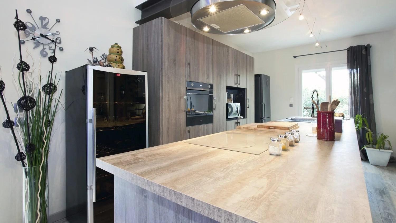 une cuisine ouverte noir et bois chez