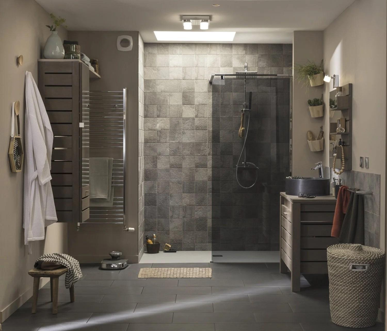 une douche a l italienne dans une salle de bains nature