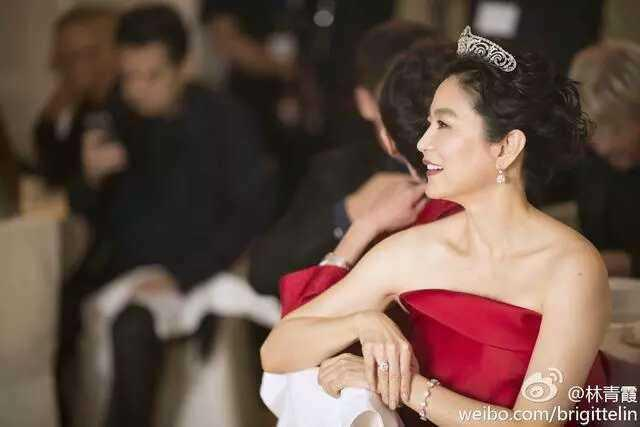 14982115129114 - 63歲林青霞「與28歲女兒同台」,網友一看瞬間懂了....「美麗與年齡無關!」