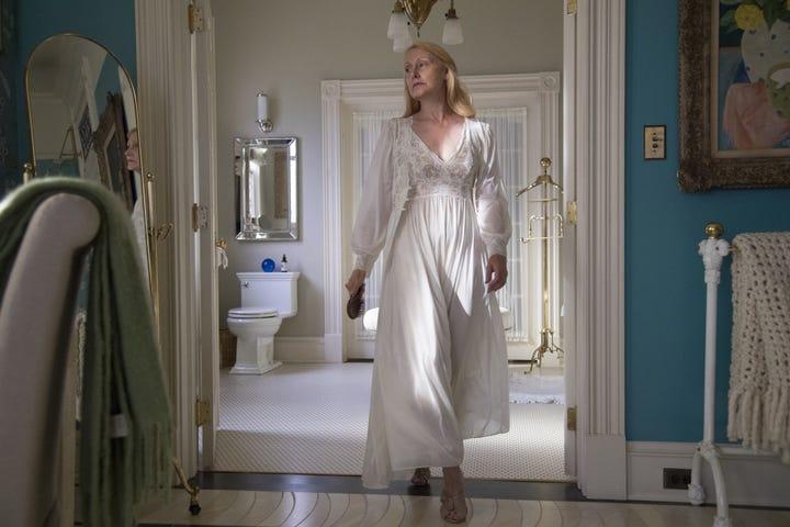 Adora en robe blanche