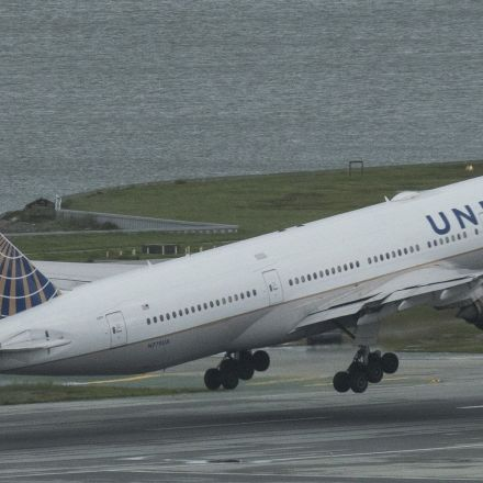 United Airlines Defends Right To Block Girls In Leggings