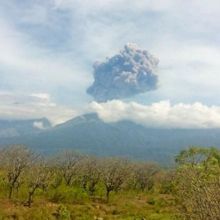 Indonesia Evacuates Hundreds of Tourists after Volcano Erupts