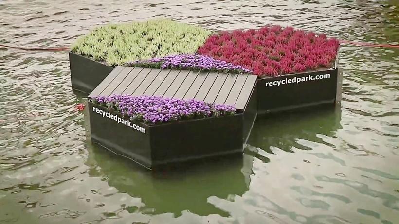 Как спасти океан от пластика: в Роттердаме создали плавучий парк из отходов