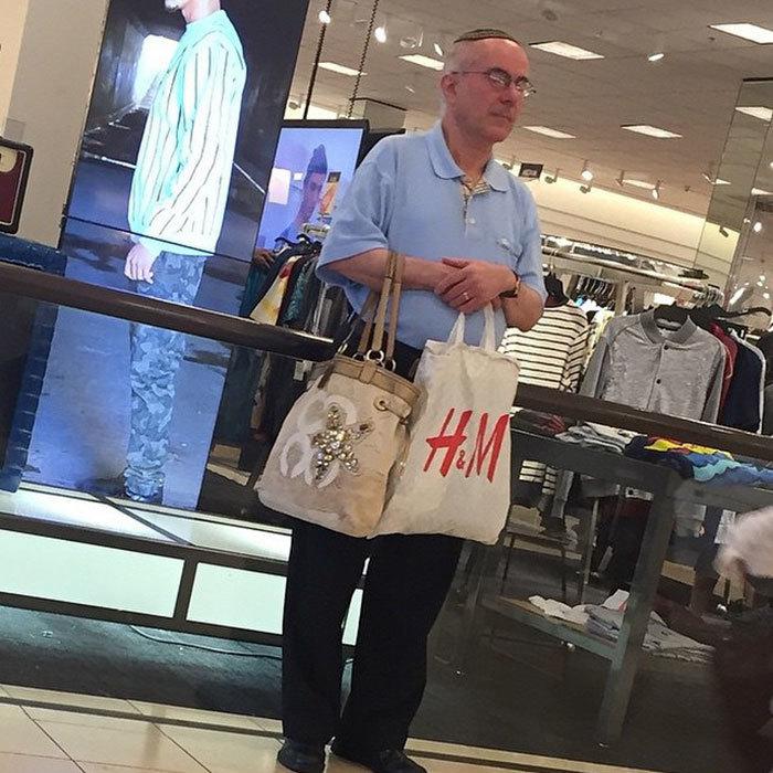Instagram аккаунт о страданиях: как выглядят мужчины по всему миру на шопинге