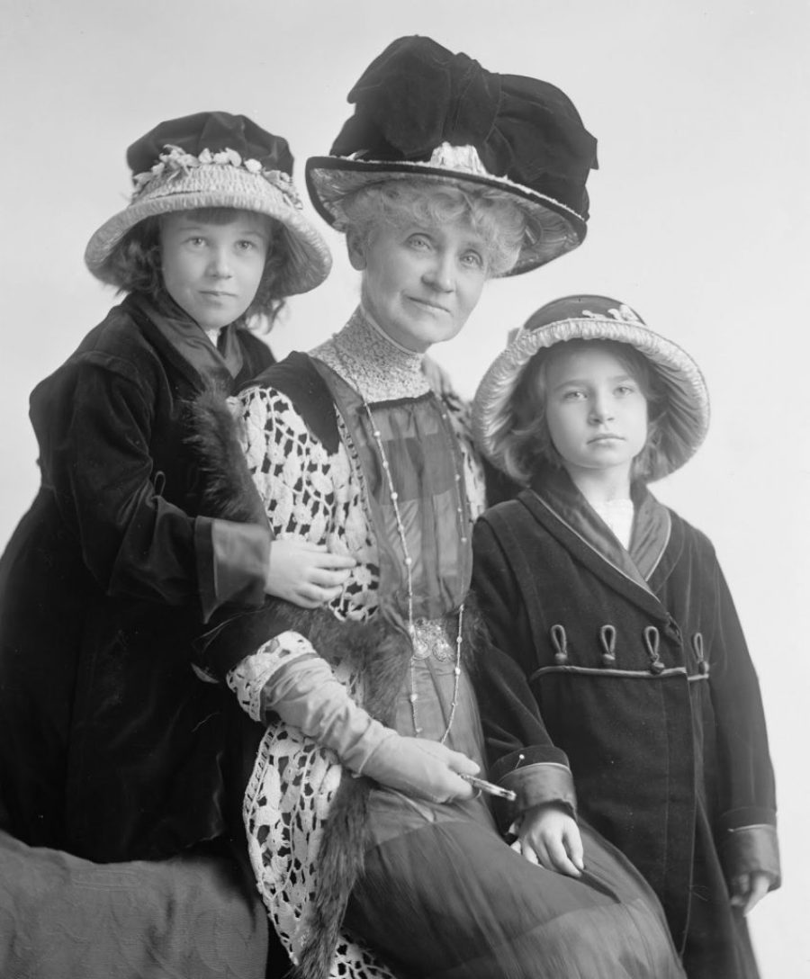 Mrs John Henderson with children Harris & Ewing 16062u
