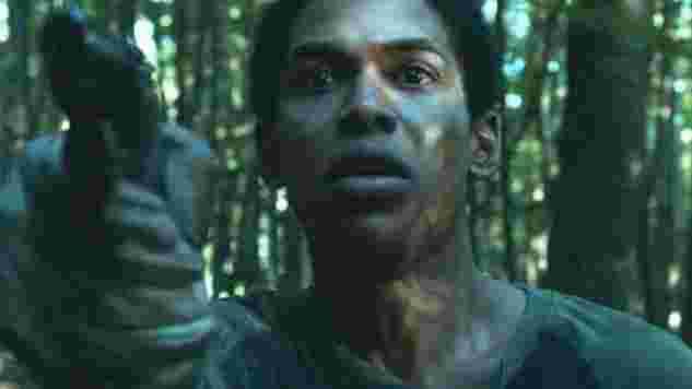 銃を向けたトラヴィス