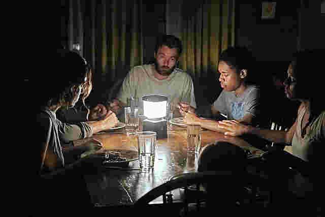 テーブルを囲む一家