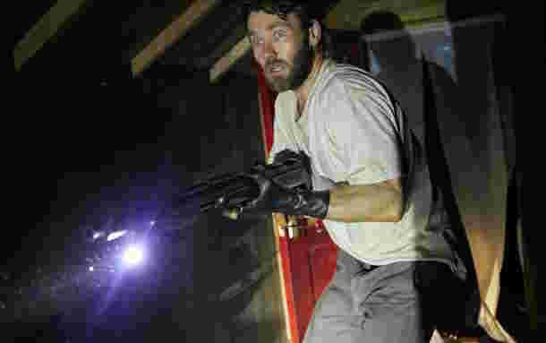 銃を向けるポール