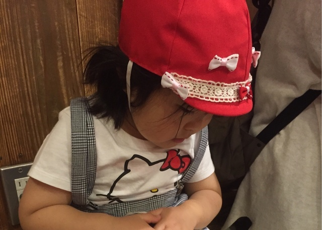デコカラー帽をかぶる園児,幼稚園,帽子,