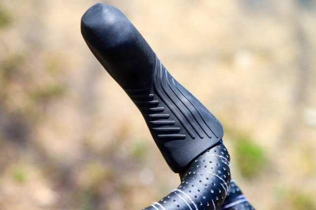 特殊なテクスチャが施されたブラケットカバーは、素手、グローブ問わず手が暴れるのを防止してくれます。