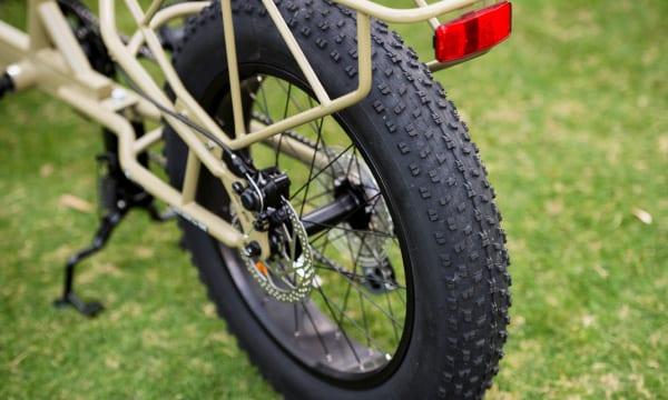 エアボリュームが多く、バランスが取りやすいファットタイヤ。振動にも強く、スポーツサイクルが初めての人でも安心して乗りこなすことができる。