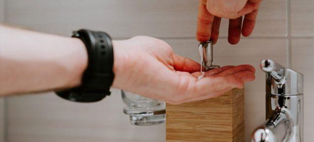 水道で手を洗うところ