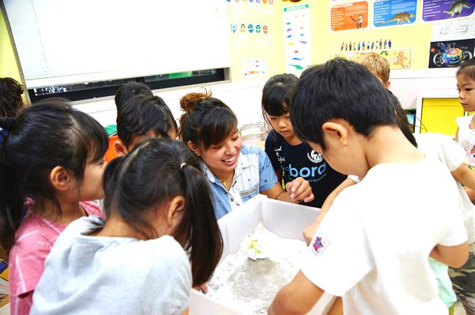 立川・国立・日野エリアの人気プリスクール「Global Step Academy International School」で子ども達が「テーマ学習」を通じて恐竜の時代を学ぶ様子。