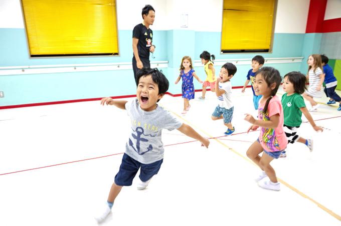 立川・国立・日野エリアの人気プリスクール「Global Step Academy International Schoolの体育館で遊ぶ子ども達