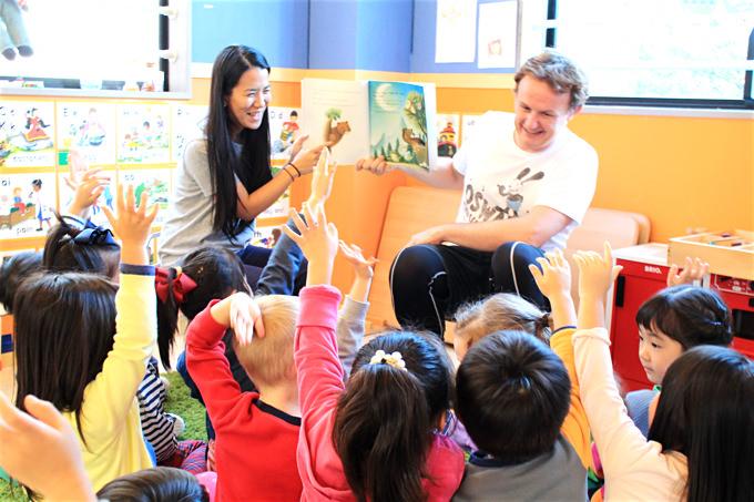立川・国立・日野エリアの人気プリスクール「Global Step Academy International School」でネイティブ講師が子ども達に読み聞かせをしている様子。