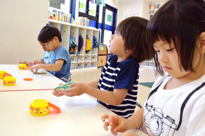 2〜3歳の年齢から入園されるお子様が多いFUTURE児童園。英語力ゼロからの入園でも、2週間のならし保育から先生の英語にパッと反応できるようになるお子さんも!