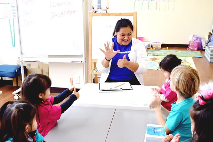 「町田インターナショナルキッズスクール」では2歳〜6歳の未就学児のお子様が国際色豊かな環境で「英語」を中心に「スペイン語」「日本語」の3カ国語が学べるトリリンガル教育を行っています。