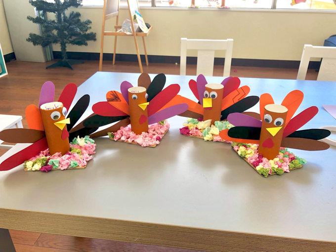 季節ごとの様々なイベントもアート作品をつくりながら楽しみます。写真はサンクスギビングのターキーを制作した子供達の作品。