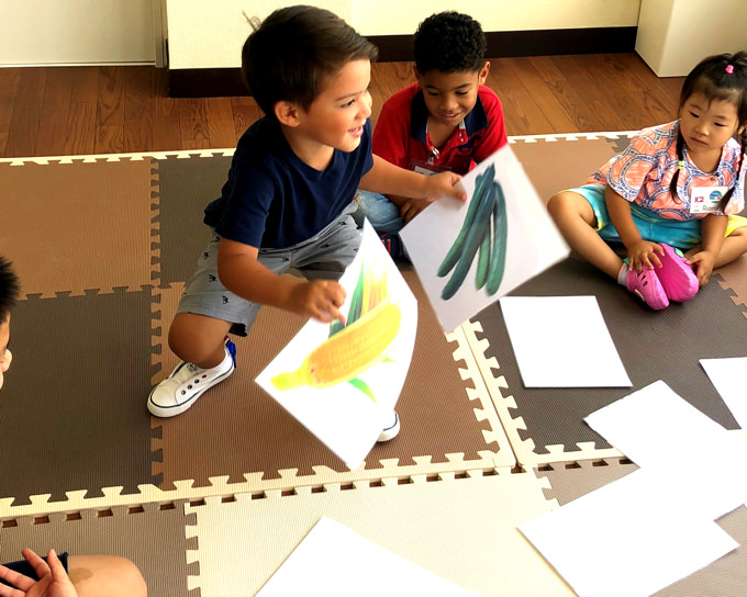 「町田インターナショナルキッズスクール」の大きな特徴は、通常のキンダーガーテンや、プリスクールに比べても長い6.5時間を英語漬け環境で過ごします。また、毎日のスペイン語、日本語授業で、自然な環境の中でお子様はトリリンガルに! 近隣のベースキャンプや、大使館訪問など、他のスクールでは味わうことが出来ないようなわくわく体験も魅力です。