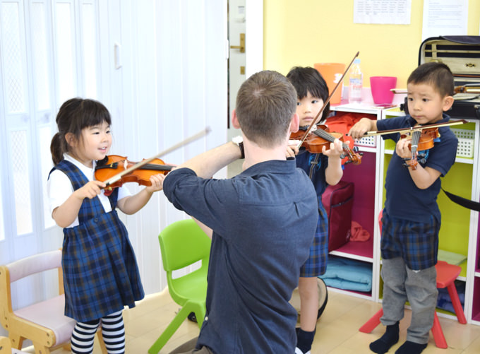 """バイオリン、体操、水泳…等""""英語で学ぶアクティビィー""""もアウルの魅力です。その道の第一線で活躍する専門の講師から子ども達は英語で本物を学んでいきます。"""