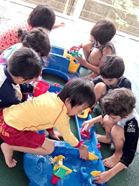 サンズインターナショナルプリスクールで7月に行われるSummer Programでは、水遊びも楽しみます。