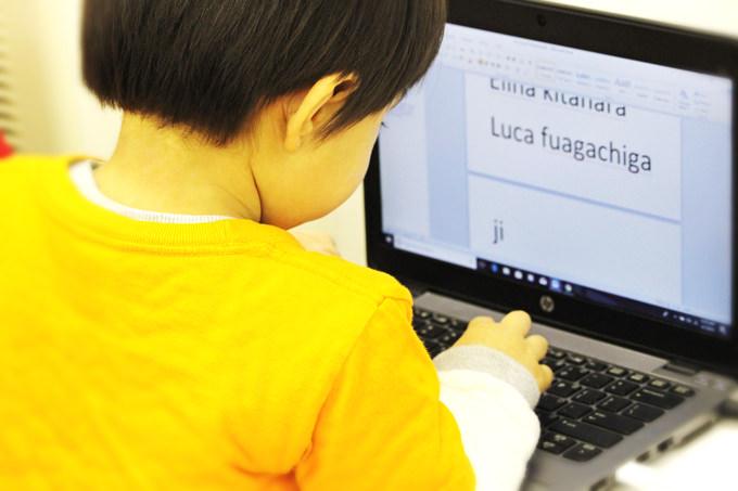 サンシャインキッズアカデミーではPCやipadなどを利用し、様々なタイプのテクノロジーも取り入れながら探求的な学習を行っています。
