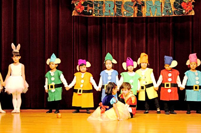 クリスマスで披露したのは白雪姫。7人の小人とうさぎそして白雪姫が王子様と出会ったシーンです。日頃のバレエのレッスンの成果をみんなに発表します。