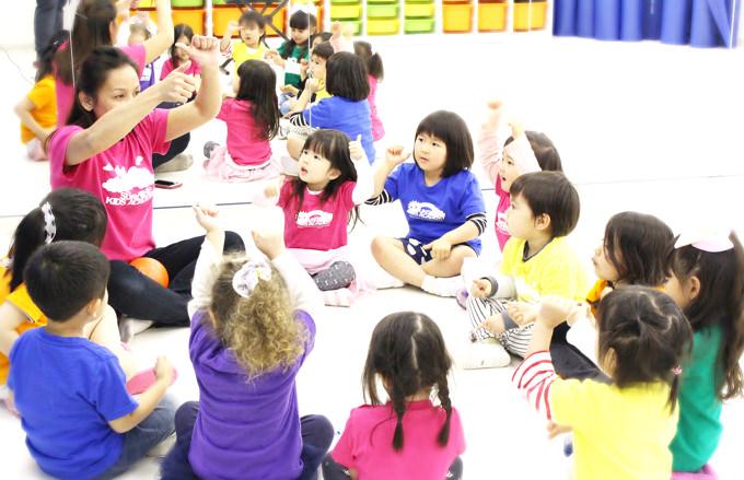 ミュージック&ムーブメントの時間には英語の音とリズムに合わせてて手拍子をしながら自由に体を動かしたり歌を歌います。