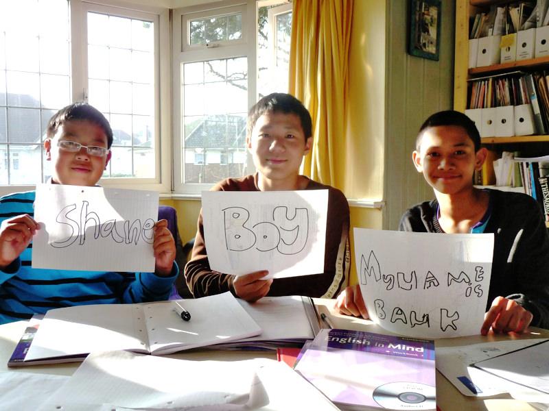 イギリス留学で教師宅ホームステイに参加した3人の男の子。